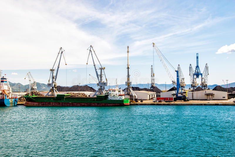 Download 在南克罗地亚端起在口岸普洛切,最大的海港的基础设施 编辑类库存图片. 图片 包括有 造船厂, 承运人, 大量 - 62535544