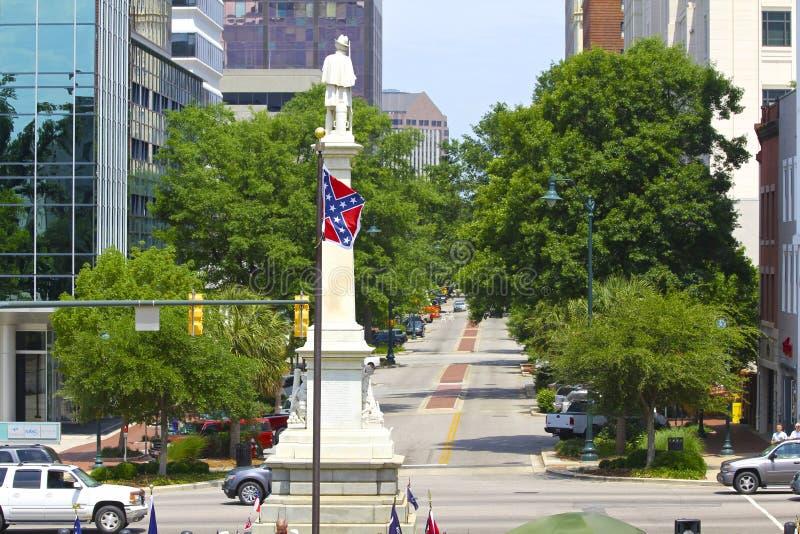 在南卡罗来纳国会大厦前的反叛旗子和同盟者纪念碑 图库摄影