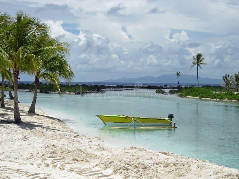 在南太平洋海滩,博拉博拉岛,法属玻里尼西亚的黄色渔独木舟 库存照片