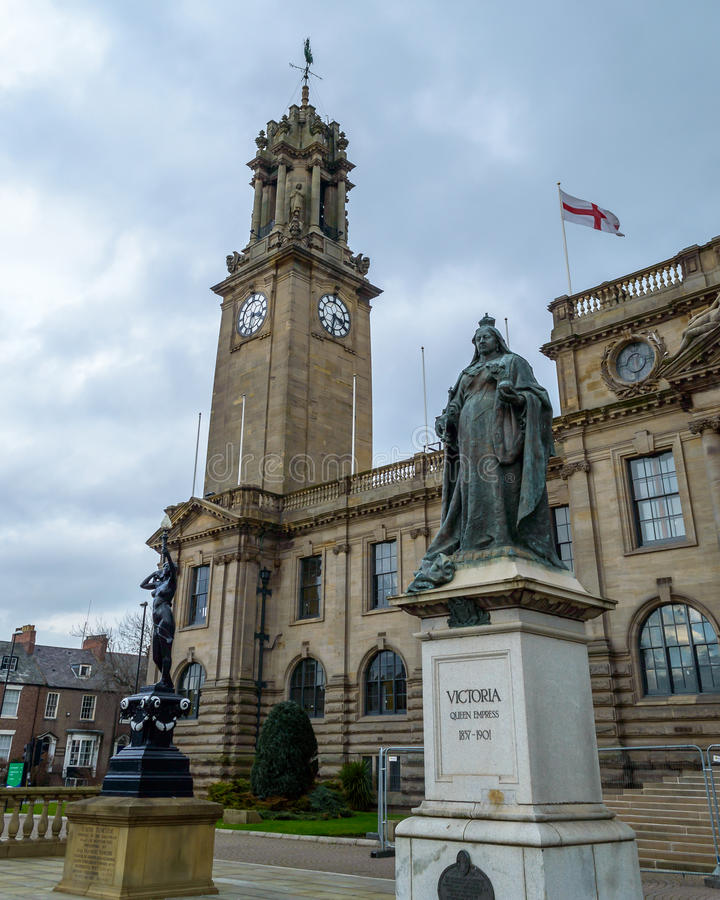 在南希尔兹城镇厅之外的女王维多利亚纪念碑 免版税库存图片