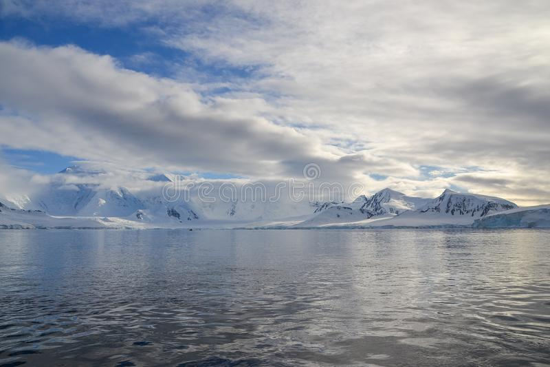 在南极行动的庄严山 库存图片