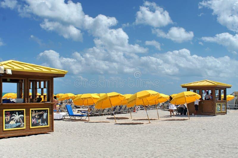 在南海滩的伞在迈阿密 免版税库存图片