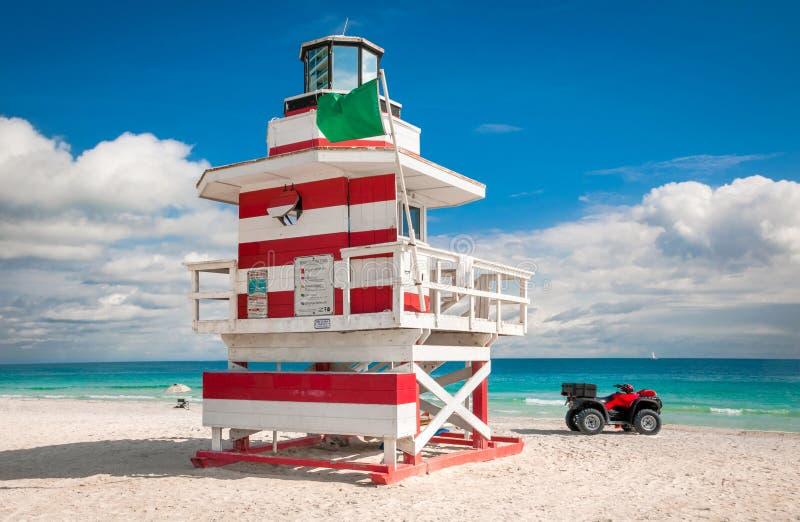 在南海滩,迈阿密海滩,佛罗里达的五颜六色的救生员塔 免版税库存照片
