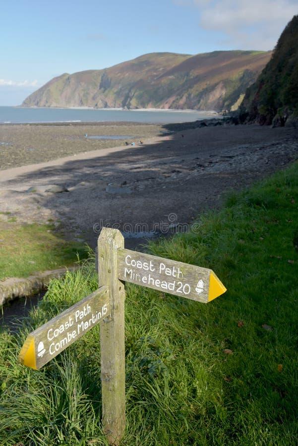 在南西海岸道路的路标, Lynmouth, Exmoor,北德文区 免版税库存照片