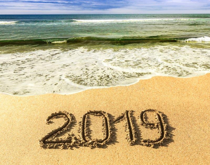 在南部的新的2019年,海 黑色海岸克里米亚海运海浪乌克兰 蓝色波浪来临岸上 在沙子的题字,在热带庆祝新年 免版税库存图片