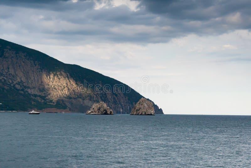 在南部的海岸的熊山的美丽的景色在克里米亚 库存图片