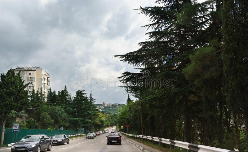 在南银行高速公路的汽车通行在度假胜地的郊区 免版税图库摄影