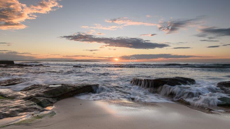 在南Cronulla海滩的日出在悉尼 库存图片