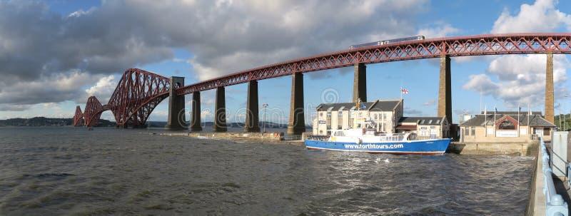 在南Queensferry的路轨桥梁在爱丁堡附近在苏格兰 免版税库存图片