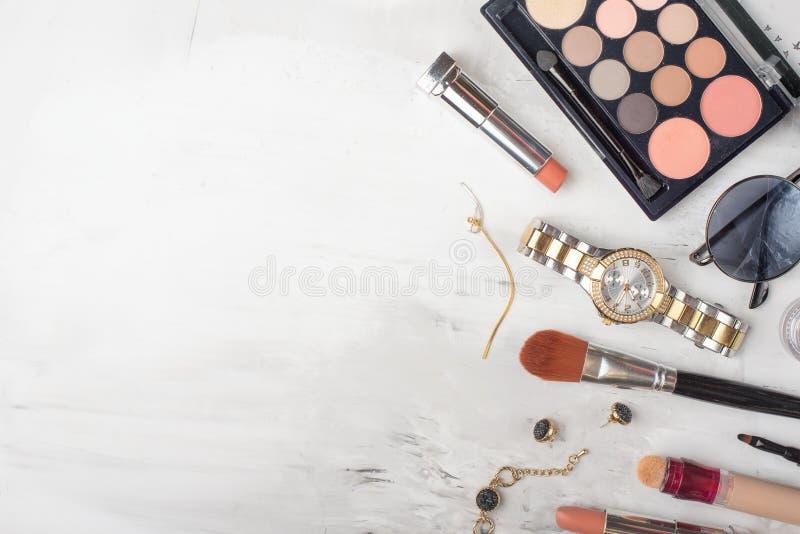 在博克的秀丽概念 专业女性构成辅助部件,手表,镯子,唇膏,刷子,粉末,在大理石 免版税库存照片