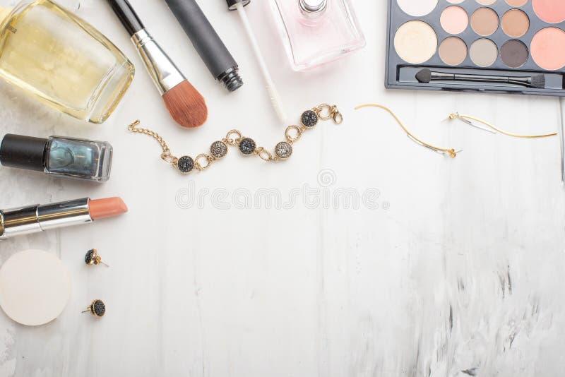 在博克的秀丽概念 专业女性构成辅助部件,手表,镯子,唇膏,刷子,粉末,在大理石 免版税库存图片
