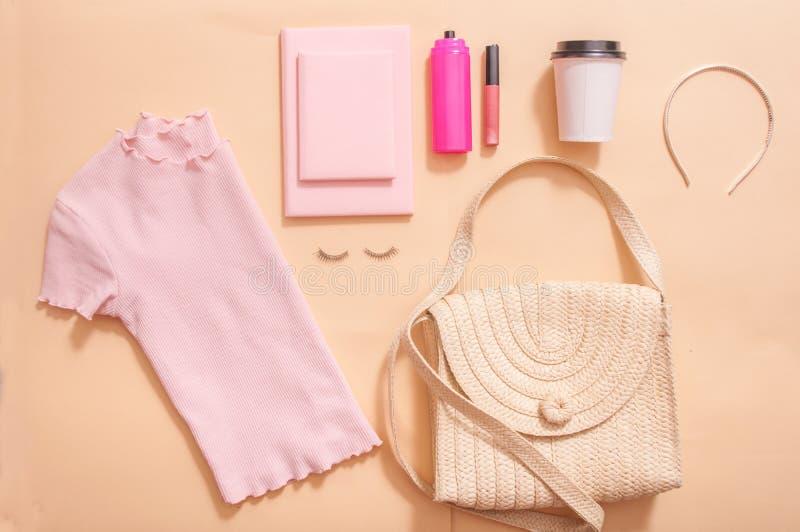 在博克的秀丽概念 专业女性构成辅助部件,手表,镯子,唇膏,粉末,在桃红色背景 ?? 图库摄影