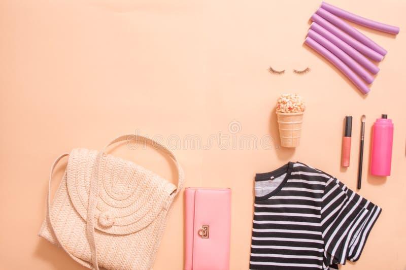 在博克的秀丽概念 专业女性构成辅助部件,手表,镯子,唇膏,粉末,在桃红色背景 ?? 免版税图库摄影