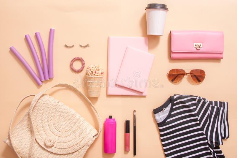 在博克的秀丽概念 专业女性构成辅助部件,手表,镯子,唇膏,粉末,在桃红色背景 ?? 免版税库存照片