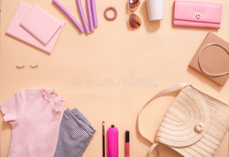 在博克的秀丽概念 专业女性构成辅助部件,手表,镯子,唇膏,粉末,在桃红色背景 ?? 库存图片