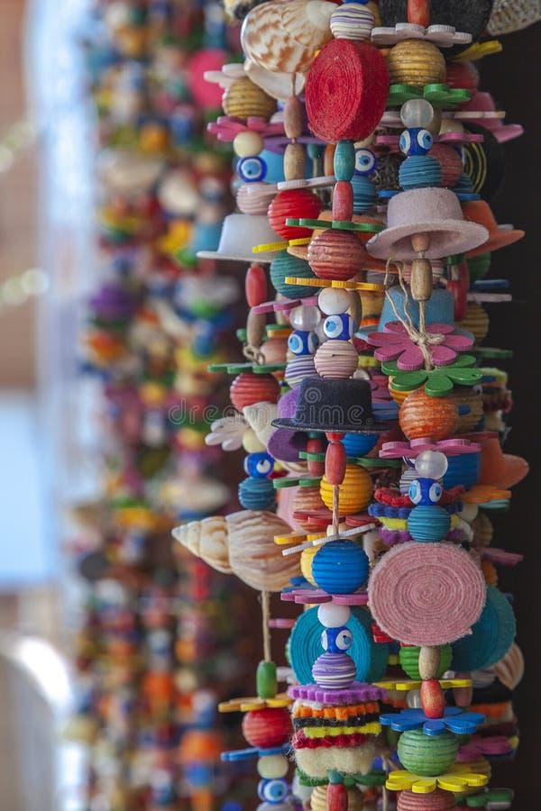 在博兹贾岛Bozcaada海岛的装饰和五颜六色的垂悬的串珠的门道入口帷幕爱琴海 免版税库存照片