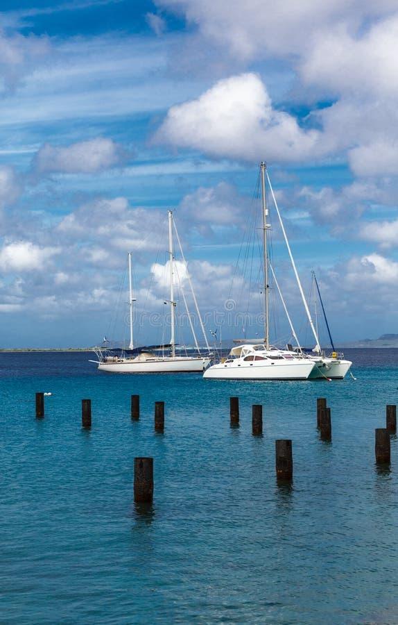 在博内尔岛停泊的白色风船 免版税库存图片