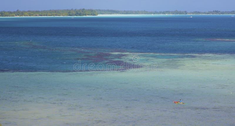 在博拉博拉岛巨大的盐水湖的玻利尼西亚独木舟  免版税库存照片