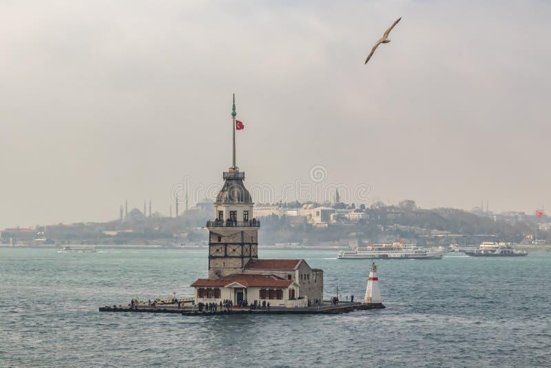 在博斯普鲁斯海峡的少女塔和从伊斯坦布尔的城市视图有人和游人的 库存照片