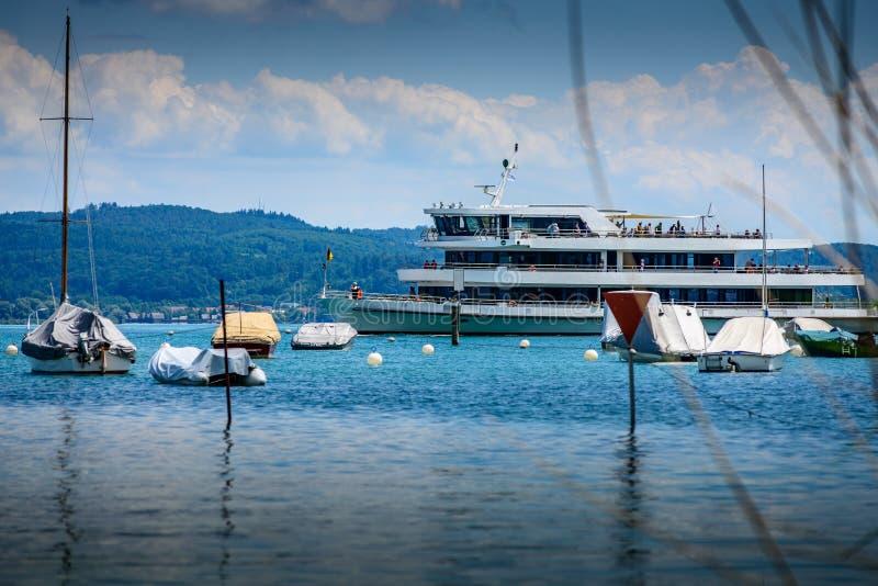 在博登湖的客船接近岸 图库摄影