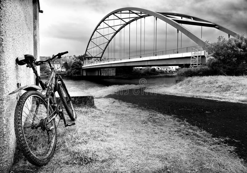 在博纳尔桥梁的孤立脚蹬自行车 库存照片