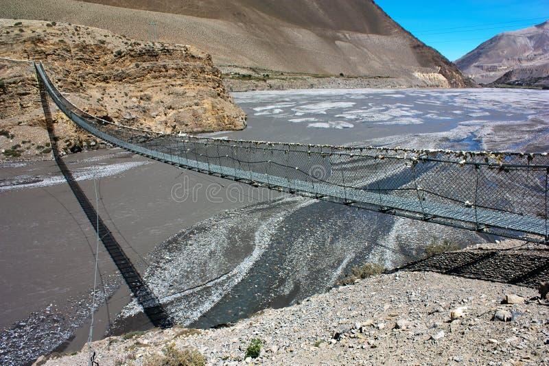 在卡利市Gandaki上的绳索垂悬的吊桥 库存照片