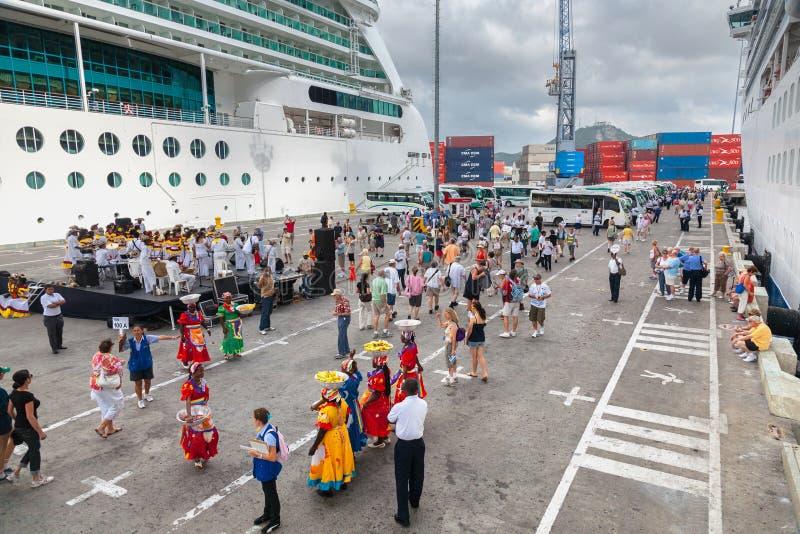 在卡塔赫钠港的热烈欢迎,游轮客人下船 免版税库存图片