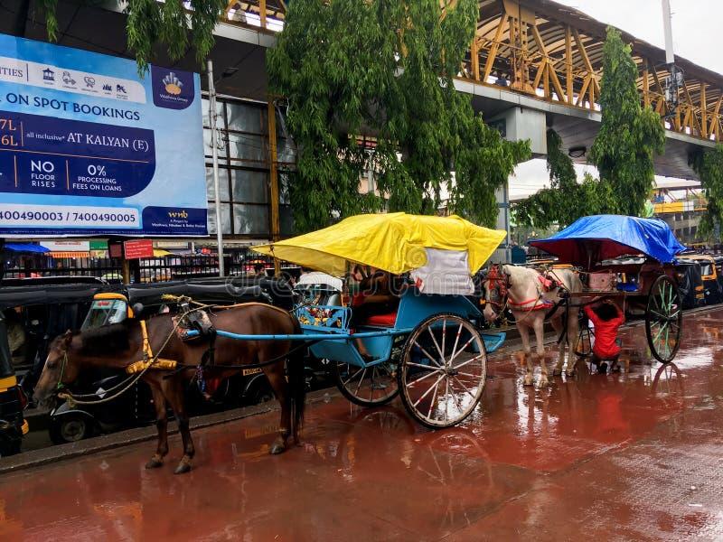 在卡尔扬火车站的Tongahorse推车在季风马哈拉施特拉印度 免版税库存图片