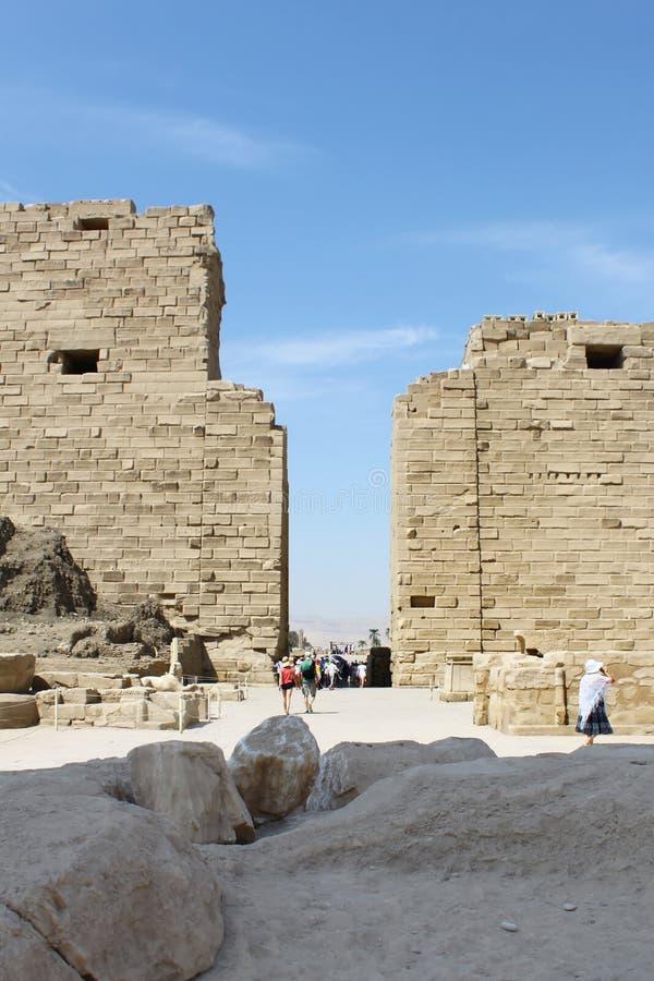 在卡尔纳克寺庙中,卢克索,埃及古老废墟的游人  免版税库存照片