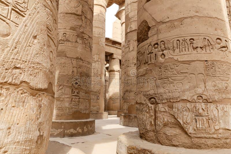 在卡尔纳克寺庙,卢克索,埃及的次附尖霍尔的专栏 免版税库存照片
