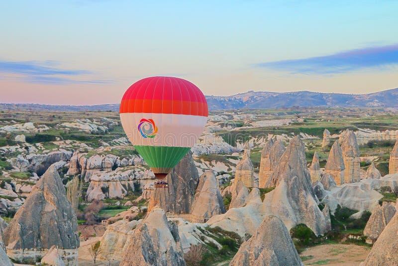 在卡帕多细亚山的安静的气球飞行在清早 库存图片