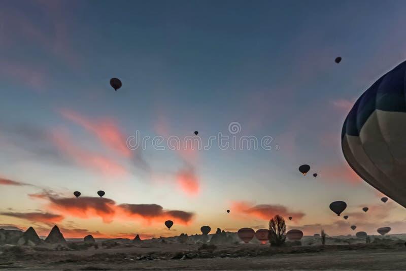 在卡帕多细亚的日出有热空气气球飞行的 库存照片