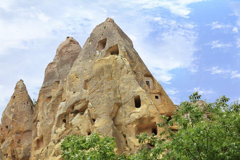 在卡帕多细亚蜂蜜谷的古老圆锥形的洞的住宅  免版税库存图片
