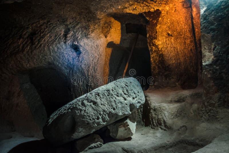 在卡帕多细亚,土耳其探索代林库尤地下市 库存照片