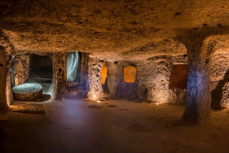 在卡帕多细亚,土耳其探索代林库尤地下市 免版税库存图片