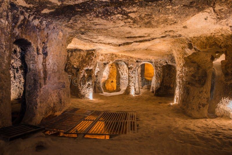 在卡帕多细亚,土耳其探索Kaymakli地下市 免版税库存图片