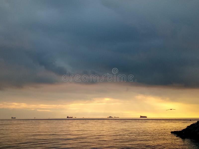 在卡德柯伊沿海岸区的日落在伊斯坦布尔,土耳其 图库摄影
