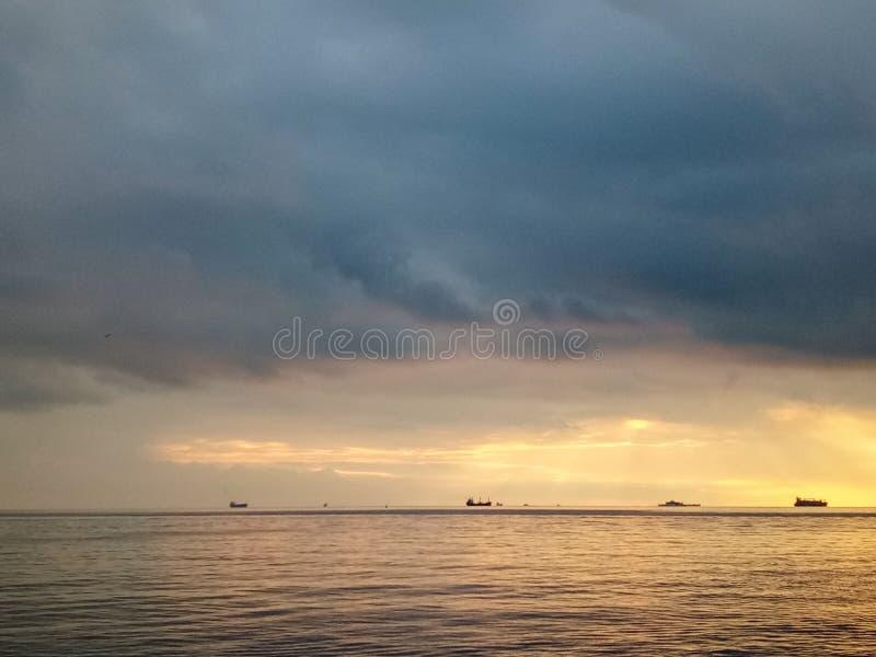 在卡德柯伊沿海岸区的日落在伊斯坦布尔,土耳其 免版税库存照片