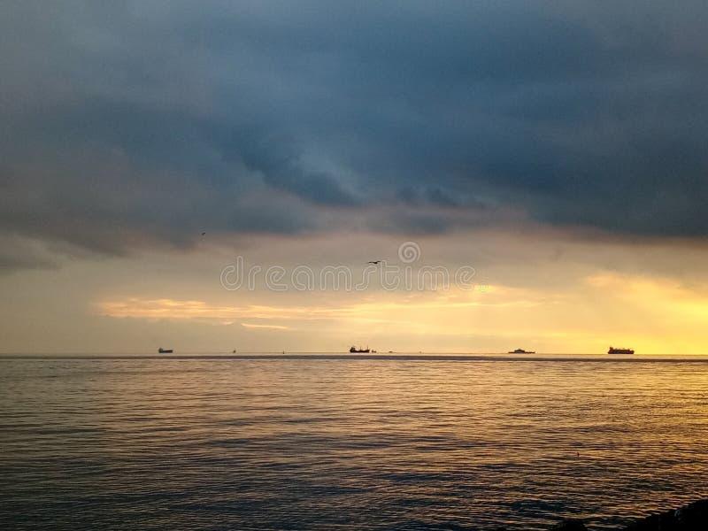 在卡德柯伊沿海岸区的日落在伊斯坦布尔,土耳其 库存图片