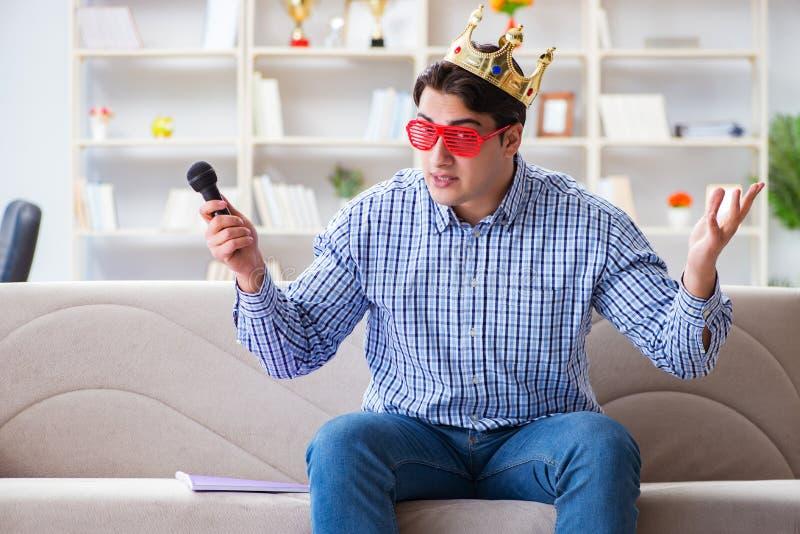 在卡拉OK演唱的滑稽的人唱歌歌曲在家 库存照片
