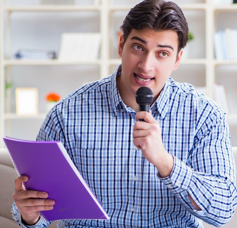 在卡拉OK演唱的滑稽的人唱歌歌曲在家 免版税库存照片