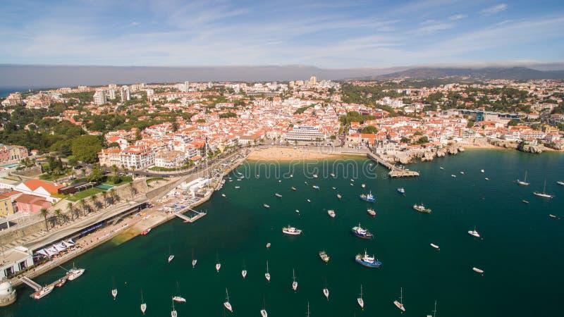 在卡斯卡伊斯葡萄牙鸟瞰图附近美丽的海滩和小游艇船坞乘快艇 免版税库存图片