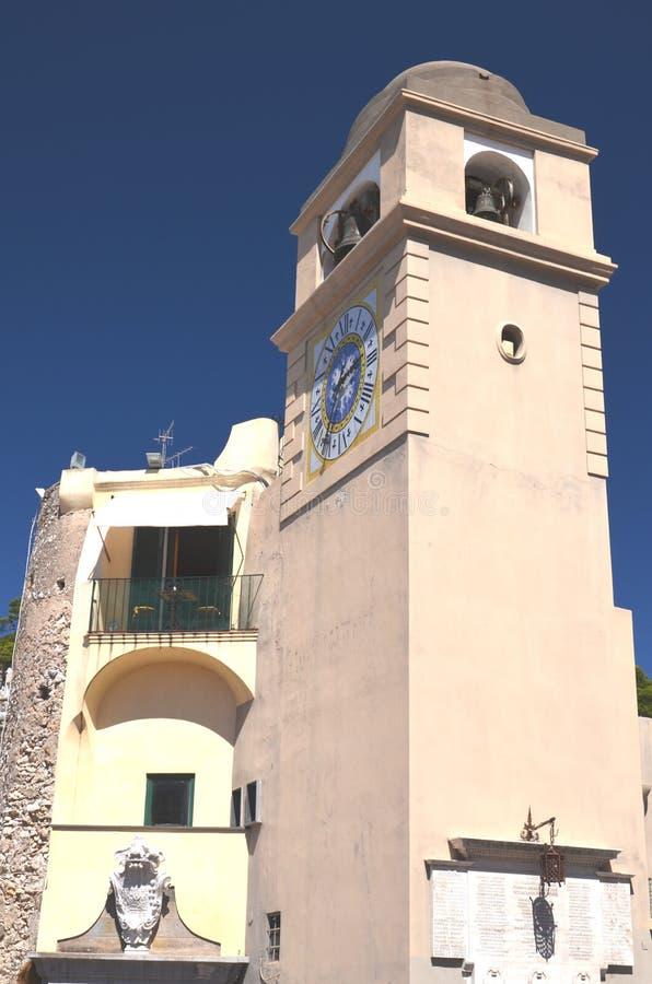 在卡普里岛海岛,意大利上的美丽的古色古香的塔时钟 免版税库存图片