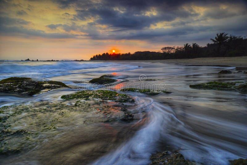 在卡朗火山Bobos海滩,万丹省,印度尼西亚的剧烈的天空 免版税库存照片
