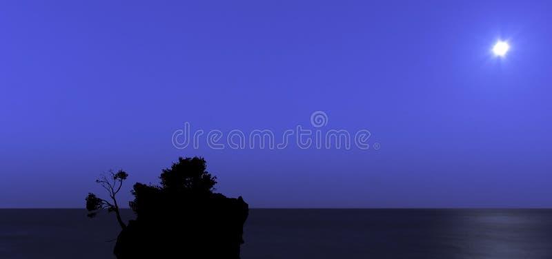 在卡梅尼火山Brela和亚得里亚海的海Brela,马卡尔斯卡里维埃拉的月亮 免版税库存照片