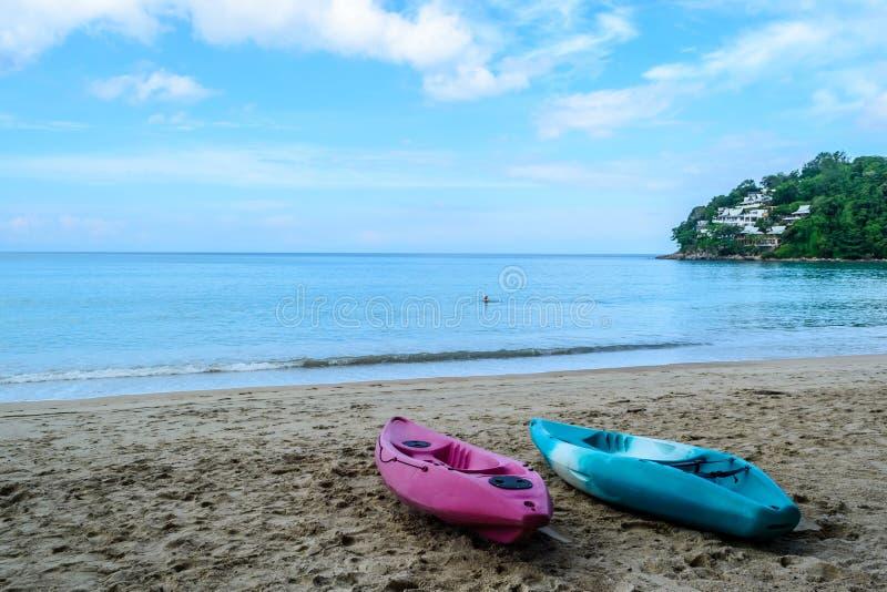 在卡玛拉海滩停泊的独木舟 免版税库存照片