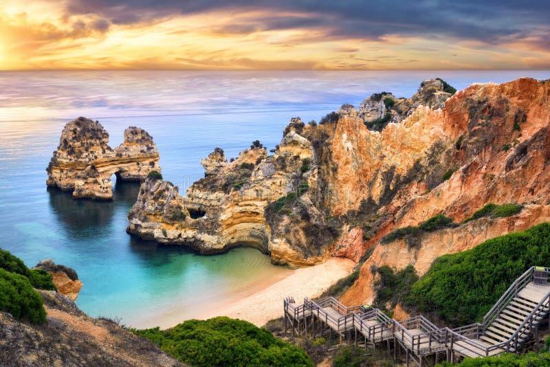 在卡米洛海滩,拉各斯,葡萄牙的日出 免版税库存照片