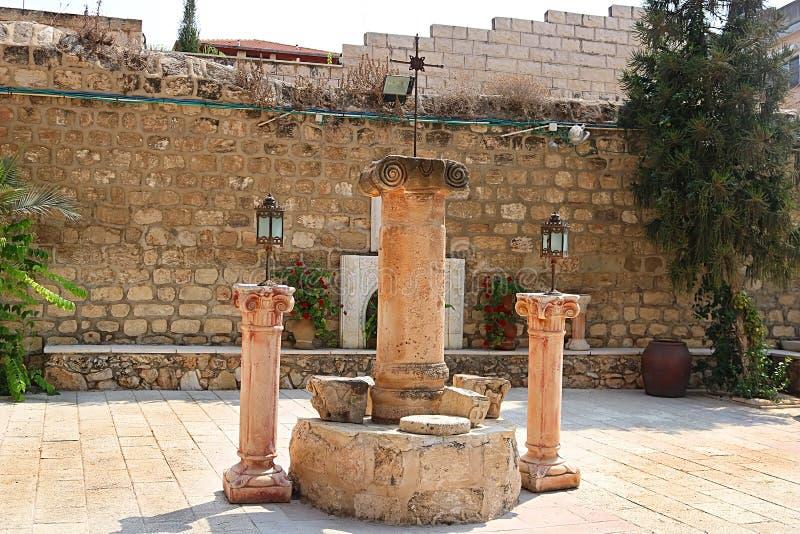 在卡纳东正教婚姻的教会的围场的专栏在内盖夫加利利,Kfar Kana的卡纳 库存图片