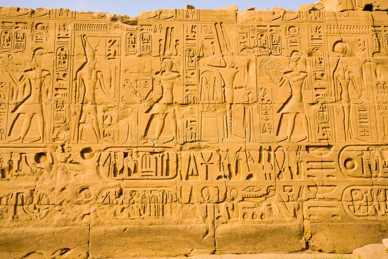 在卡纳克神庙寺庙的象形文字 库存图片