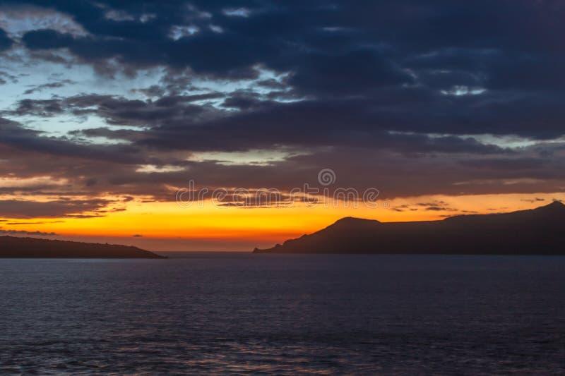 在卡美尼岛和锡拉夏岛海岛上的日落 免版税图库摄影